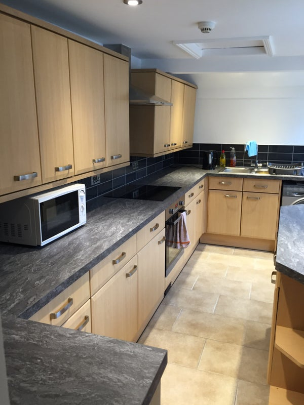 Large furnished room in town centre house Main Photo