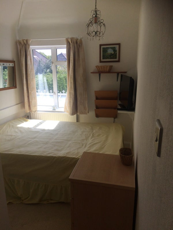 Wickham avenue cheam double room with shower gym room to rent