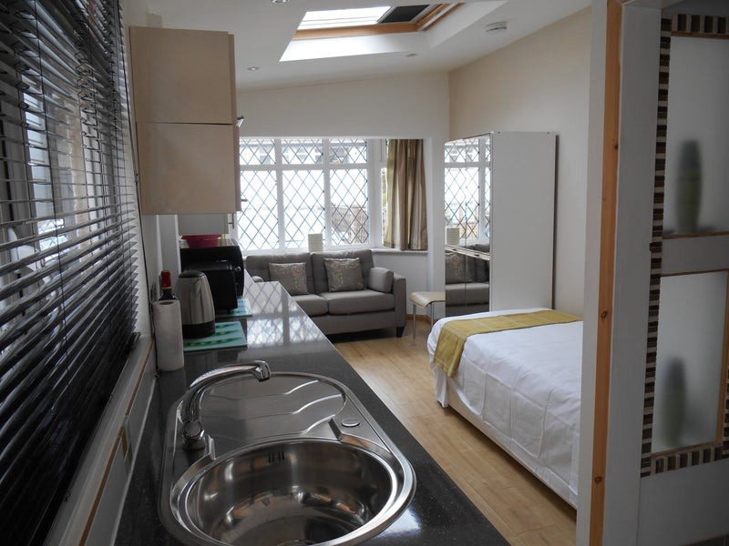 39 serviced studio self contained single person 39 room to for Single person house
