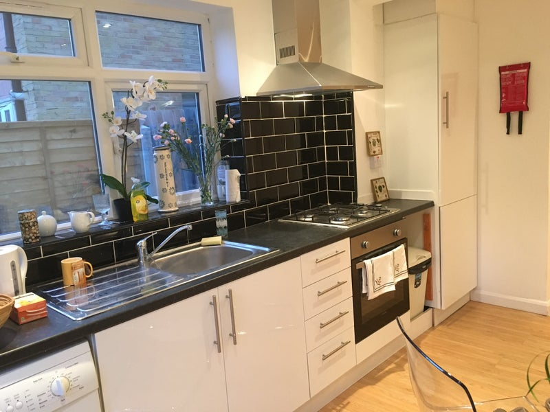 39 modern bright property 1 min walk from plaistow st 39 room for Ample storage space