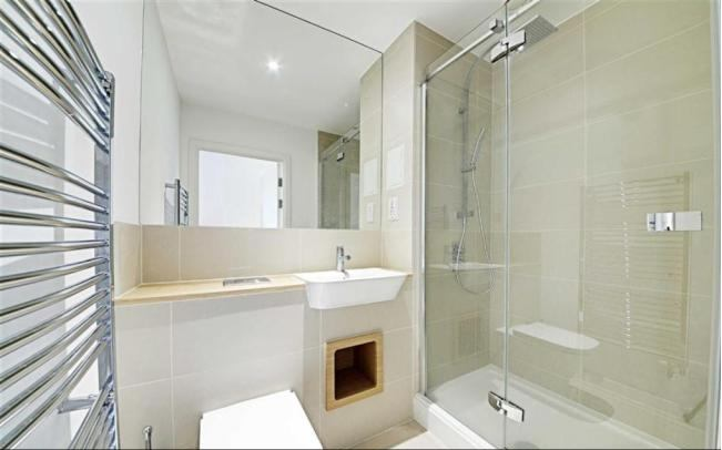 39 luxury double bedroom with ensuite bath shower 39 room to for Luxury bathroom ideas uk