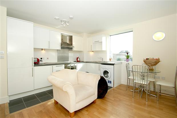 39 1 bedroom modern flat very close to blackwall dlr 39 room