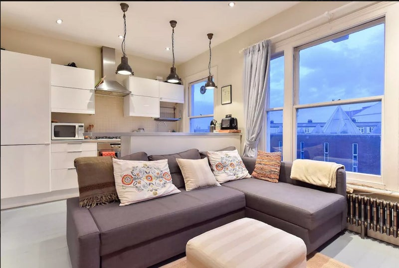 This Charmingly Presented 3 Bed Flat Is Located In Brixton A Vibrant Residential District South London There Are Easy Transport Links To Central