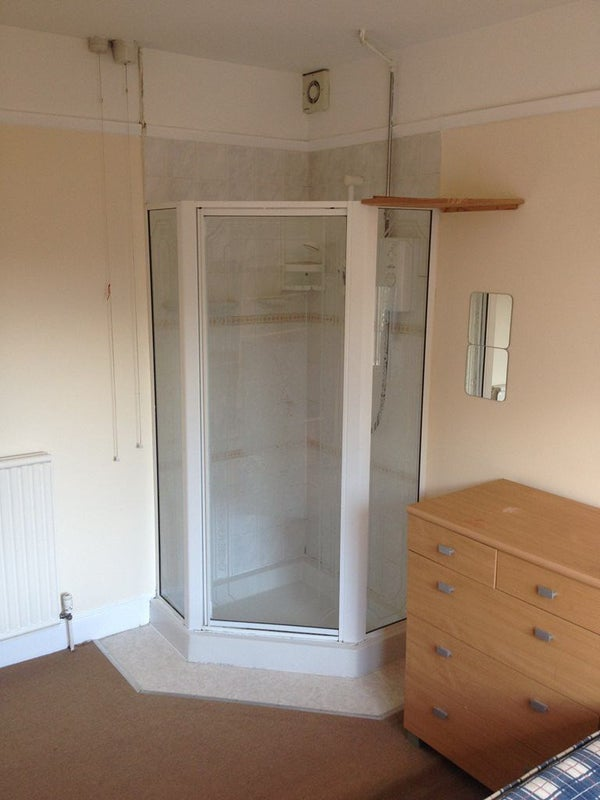 Large Double Bedroom With Shower Cubicle To Rent Room To