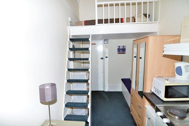 A Nice Mezzanine Bedsit Room On Prestigious Cheniston Gardens High Street Kensington W8 Presented In Superb Condition At 190pw