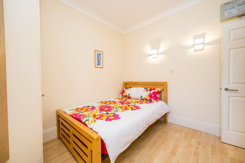Fully Furnished Modern One bedroom flat in Mayfair' Room to