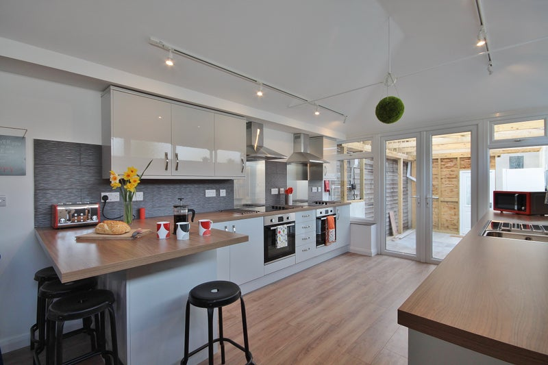 Photo 1: Large, modern kitchen with 2 hobs and ovens