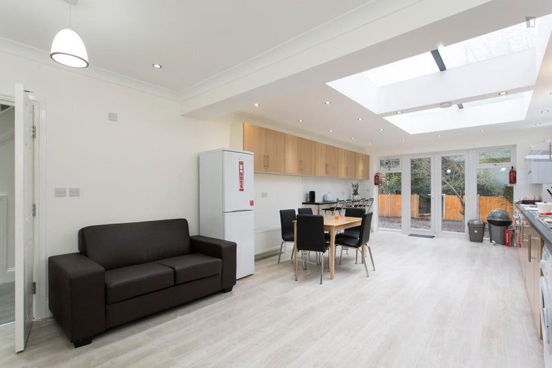 En suit in Friendly house, living room, garden\' Room to Rent from ...