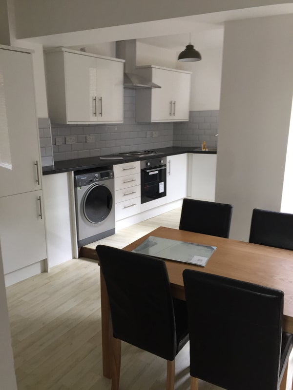 39 en suite rooms in modernised house in woodseats 39 room to. Black Bedroom Furniture Sets. Home Design Ideas