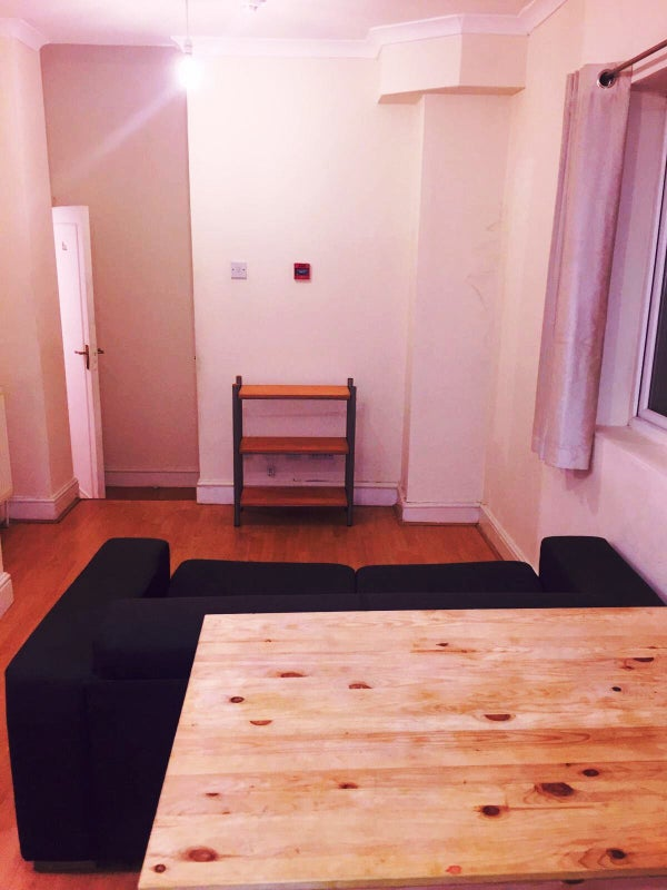 🔥🏠 Double Room in Flat W/Living Room\' Room to Rent from SpareRoom