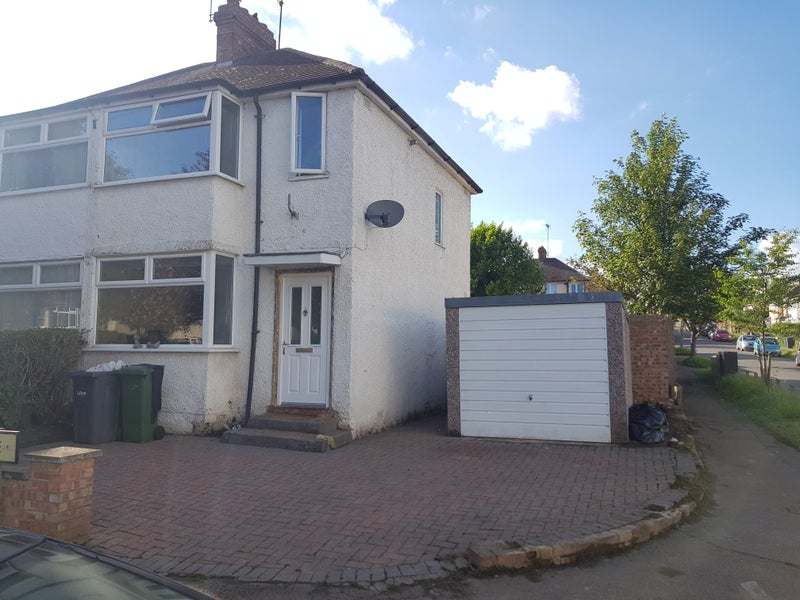 I Am A Live In Landlord Looking To Rent My Large Double Bedroom In My 2 Bed  House. The House Is Situated 5 Min Away From Leagrave Station.