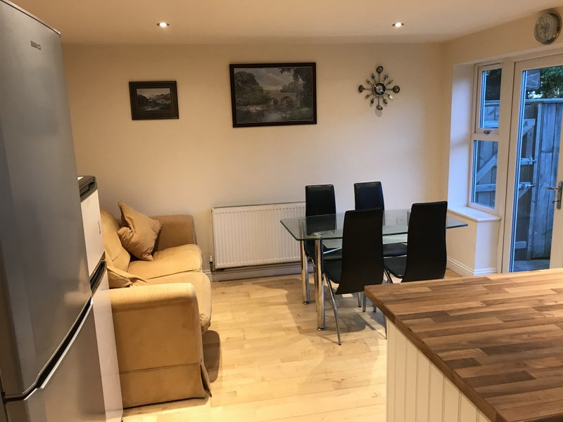 Large room available in comfy modern village house Main Photo