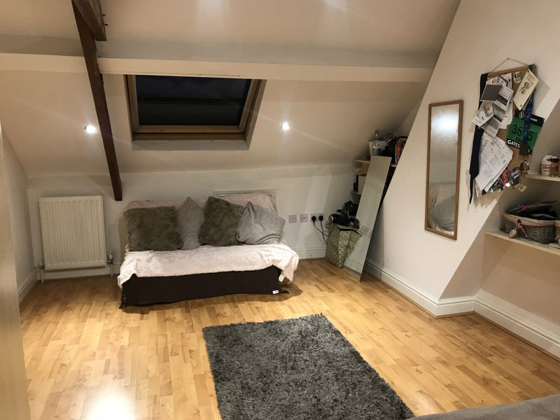 Lovelyious Attic Room In Friendly House Share 100m Distance From West Jesmond Metro And Short Distance From Local Shops And Restaurants
