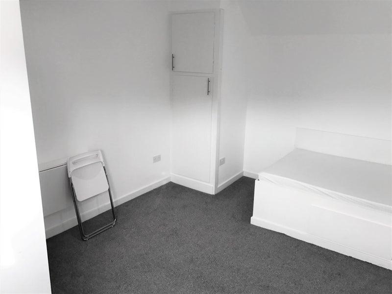 39 huge modern attic walkley all bills inc no fees 39 room. Black Bedroom Furniture Sets. Home Design Ideas