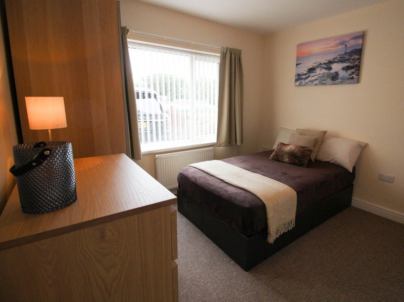 Rooms Available! Close to Local Shops in Woodlands Main Photo