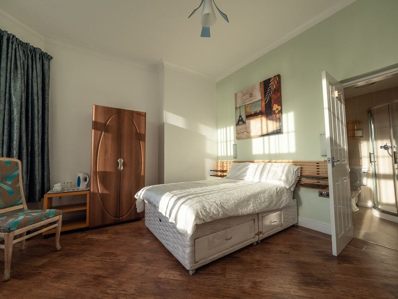 6 En suite serviced double rooms available Main Photo