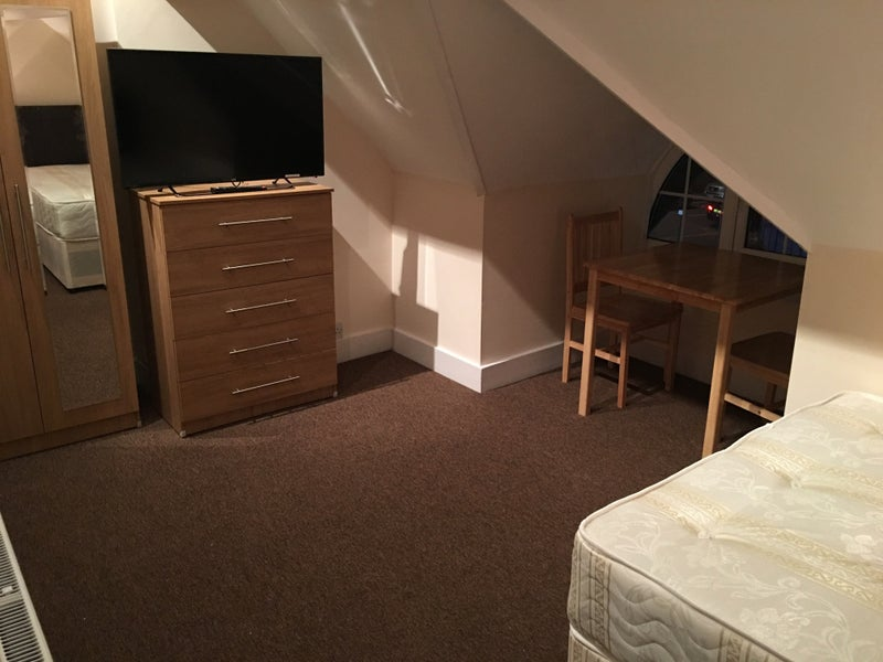 Large Double Room - Excellent Location Main Photo