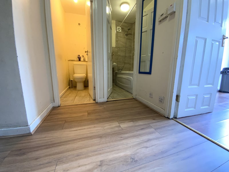 Double Room in Tidy Flat Westbourne Park | 9L Main Photo