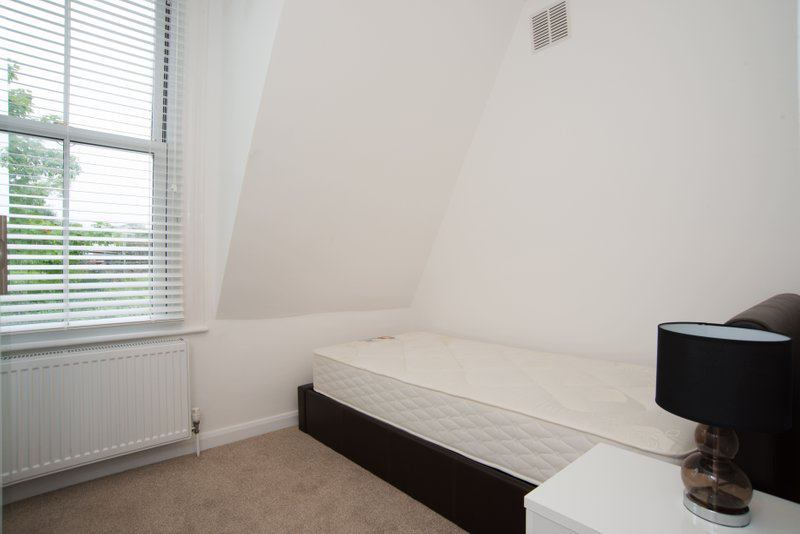 Photo 1: Bedroom 1 (SINGLE) £715PCM - available
