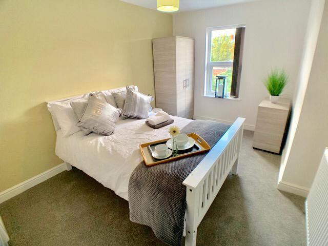 **Gorgeous Rooms with En-Suites Available** Main Photo