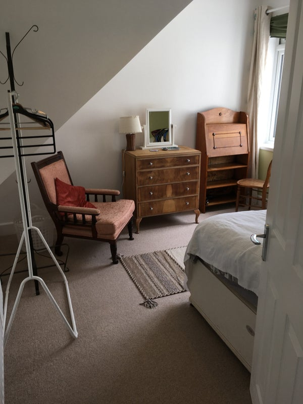 Sunny double room in Southville family home  Main Photo