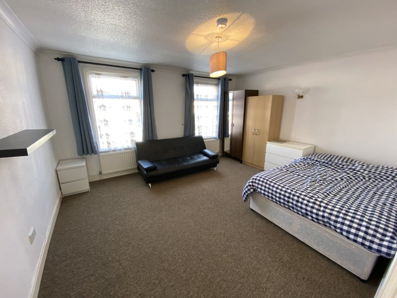 Beautiful Large Double Room Next to Station Main Photo