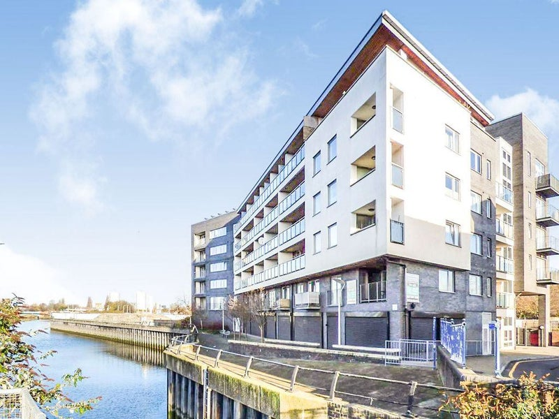 Spacious Bright 1 Bed Flat with River Views Main Photo