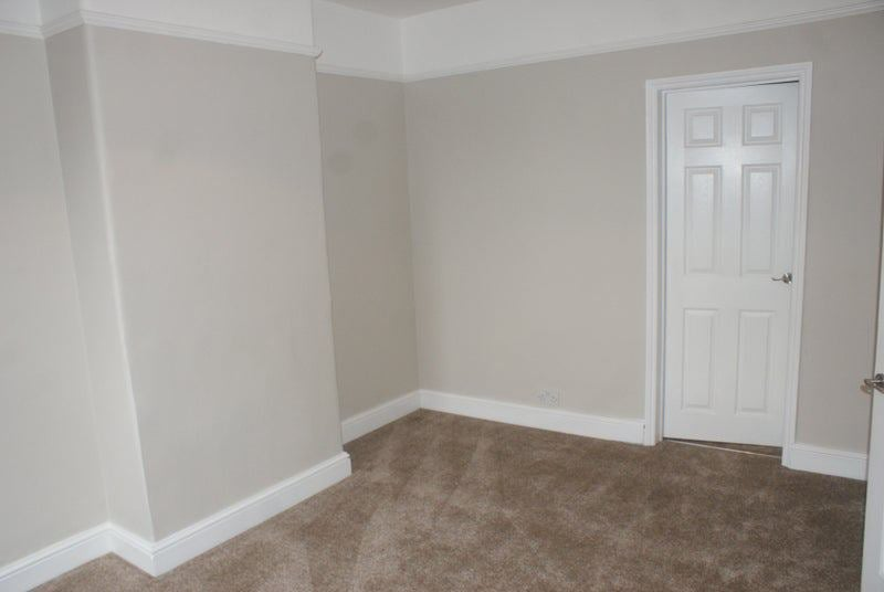 Newly furbished town centre 2 bed large flat Main Photo
