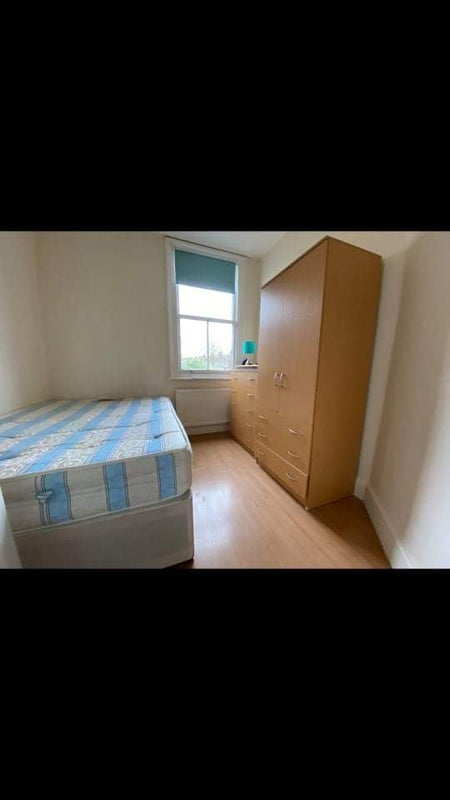 Spacious single room in a tidy house Main Photo