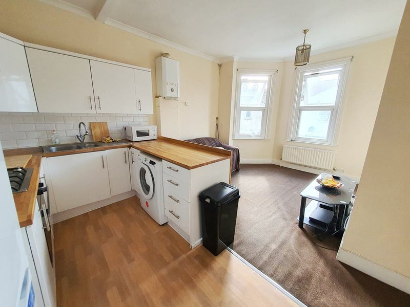 3-bed flat located moments away Tooting Broadway Main Photo