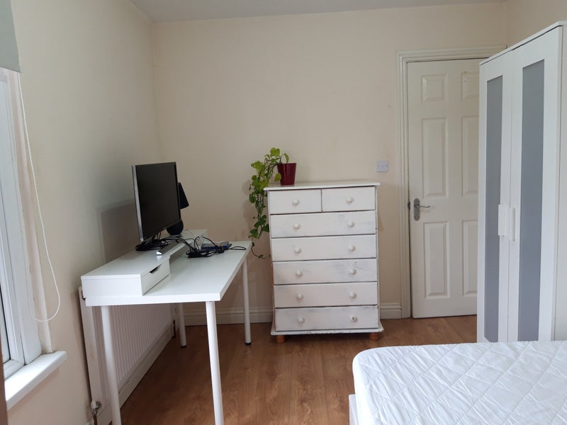 Spacious room £450pcm in friendly flatshare Main Photo
