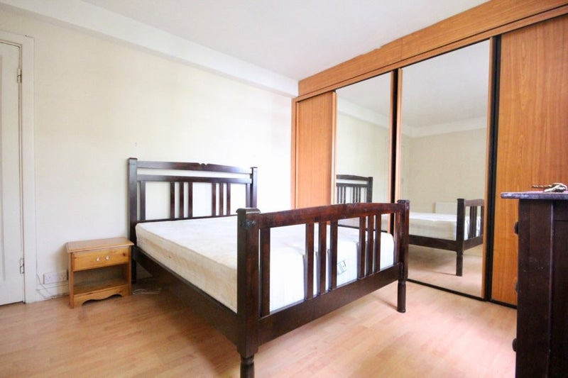 Huge double room in a tidy flat next to the tube Main Photo