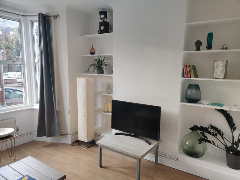 Spacious 1 or 2 bedroom flat with own entrance Main Photo