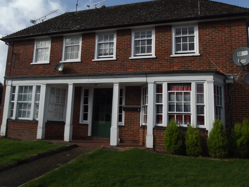 Standard single bedsit, detached house in Alton Main Photo