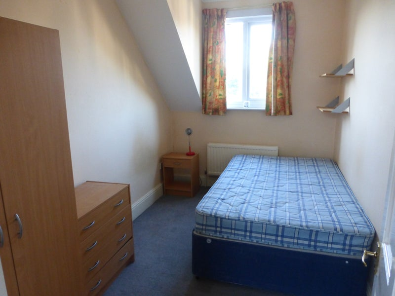 Double room available in professional house share Main Photo