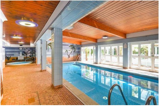 39 big 3 double room flat leisure centre communal 39 room to rent from spareroom for Houses to rent with swimming pool uk