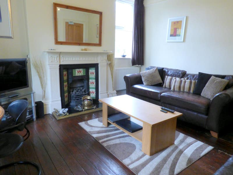 Glossop compact double room £340pm inc all bills Main Photo