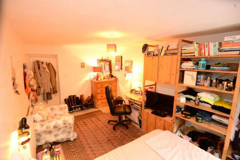 Lovely courtyard room-Temp Let £1K inc bills/food Main Photo