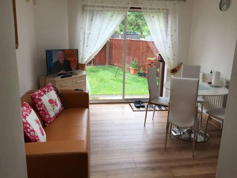 Double and single rooms available in a nice house Main Photo