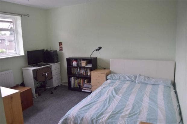 Spacious double room available  Main Photo