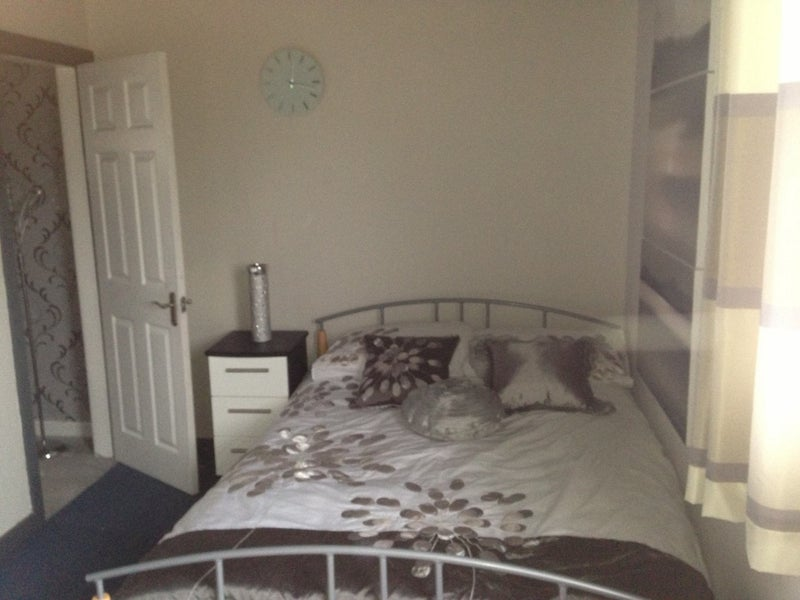 Spare room in 2 bedroom house Main Photo