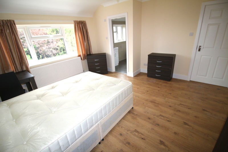 Beautiful brand new en-suite in Stanmore Main Photo