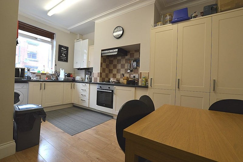 **3 X Double Bedrooms - Professional Houseshare** Main Photo