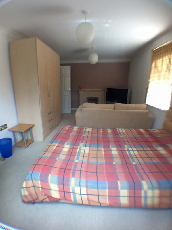 Spacious  double bedsit room with en-suite,. Main Photo