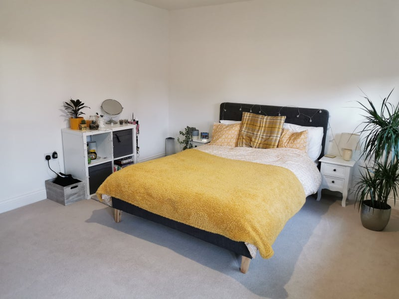 Spacious, clean tidy room, 5 mins away from M4  Main Photo