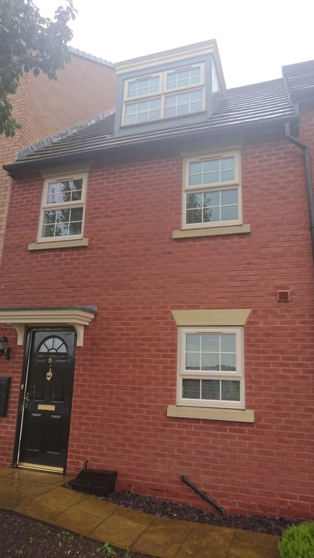 Rooms available in a 3 bedroomed Tri Story house Main Photo