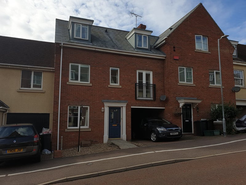 Bedrooms available in a 4 bedroom house Main Photo