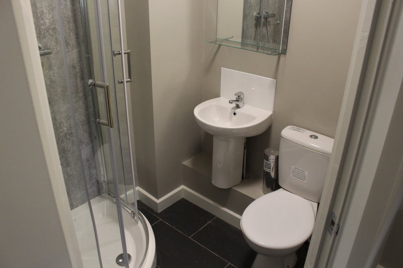 Newly Refurbished Bright Ensuite rooms available  Main Photo