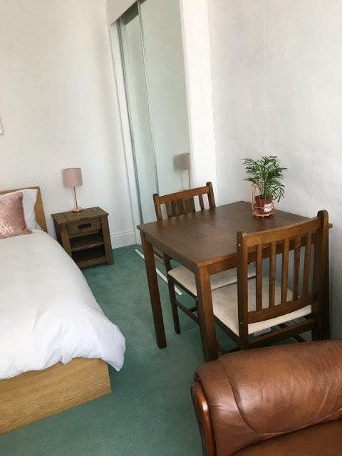 Large Double Bedroom Furnished All Bills Included Main Photo
