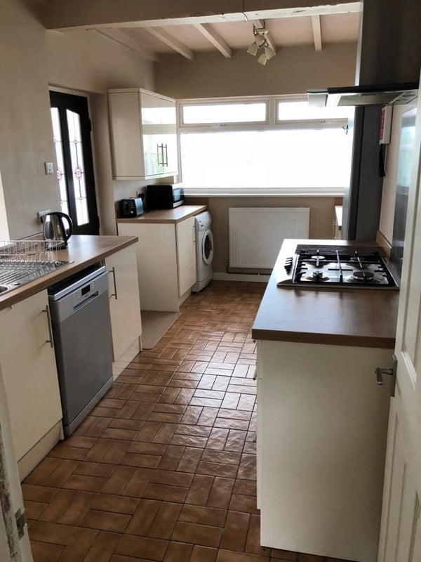 Furnished 4 bed house with off street parking Main Photo